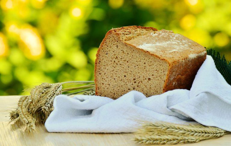 Bild: Angeschnittenes Vollkornbrot mit Getreide