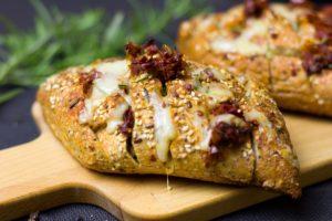 Bild: Appenzeller Brötchen mit Sesam besprenkelt aus dem etwas geschmolzener Käse herausläuft.
