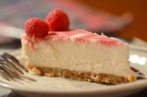 Bild: Nahaufnahme von rohem, köstlichen Himbeer-Cheesecake.