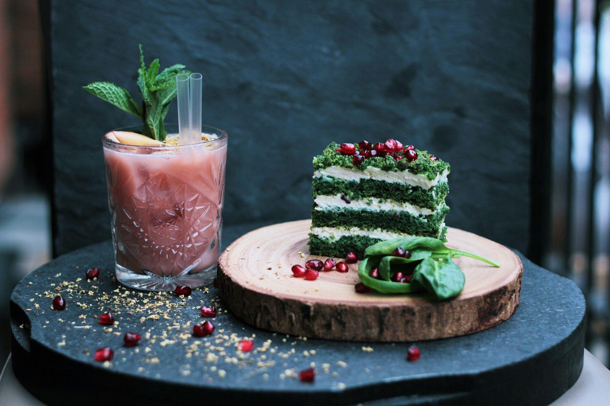 Bild: Rohkostkurs - köstliche Rohkostlasagne angerichtet mit Granatapfel und einem rosa Smoothie.