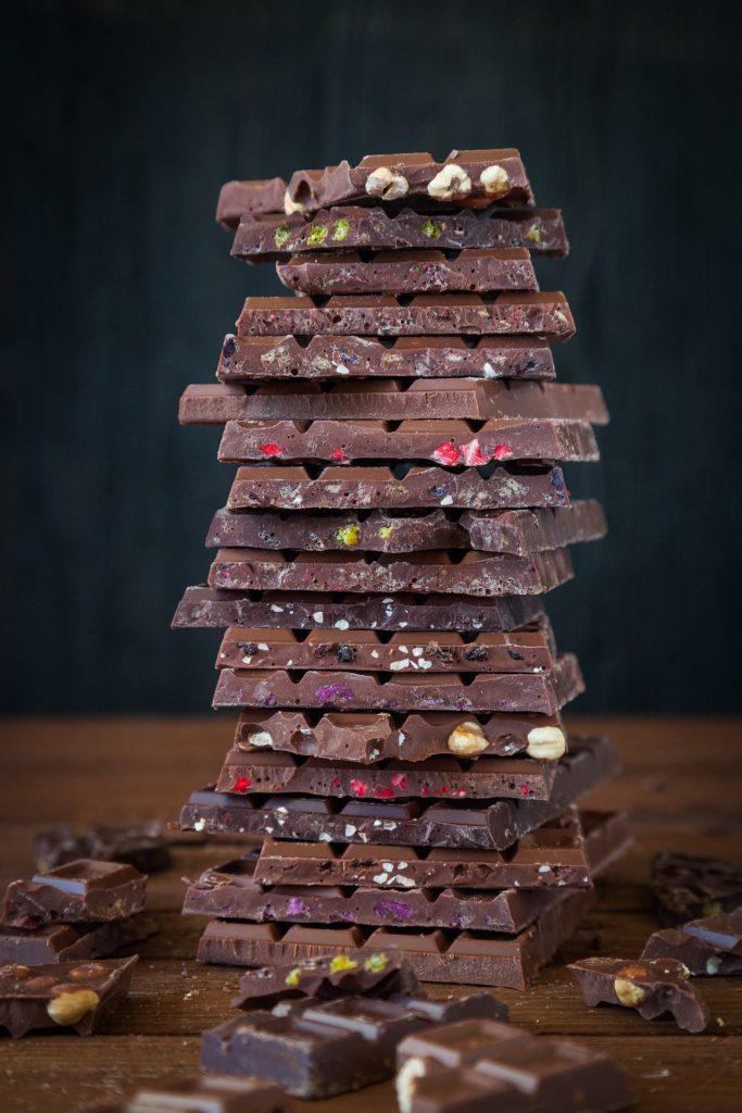 Bild: ein Stapel mit verschiedenen Sorten Vollwertschokolade.