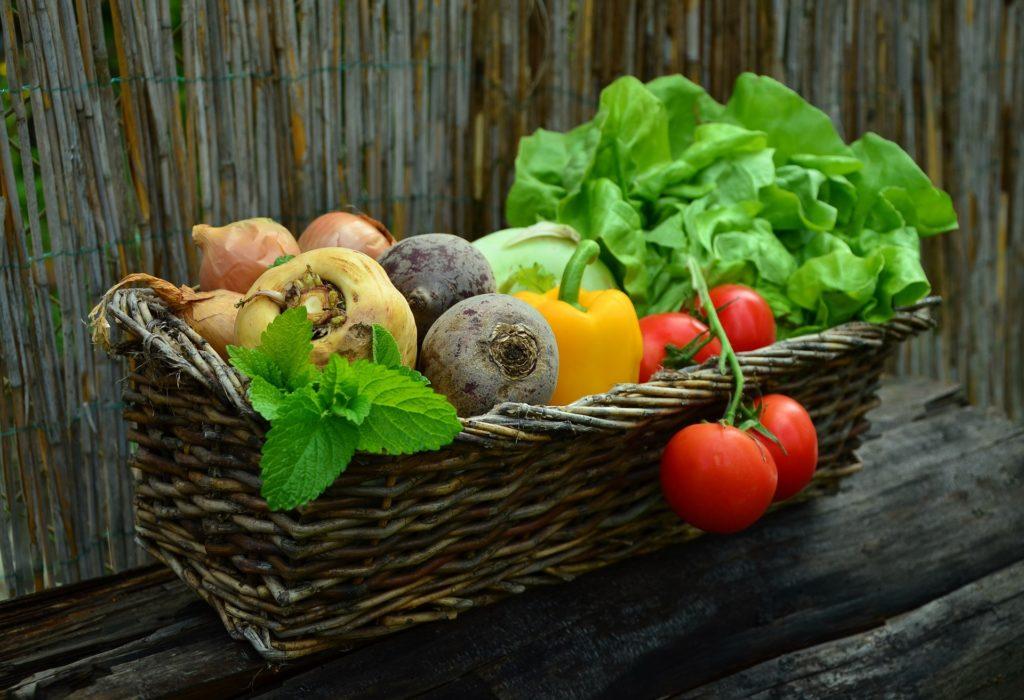 Bild: 8 vollwertige Ernährungstipps - Korb mit verschiedenen Gemüsesorten.