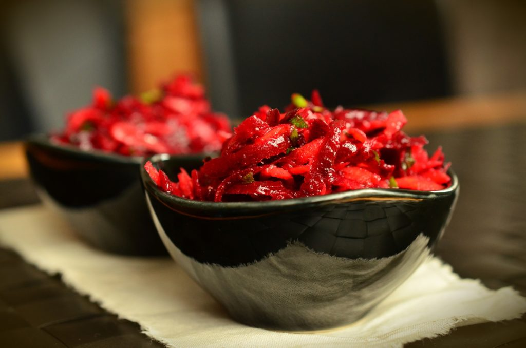 Bild: 2 Schalen gefüllt mit vollwertigem Randen-Rüebli-Salat.