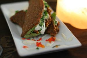 Bild: Vollwertig roher Taco auf weissem Teller.