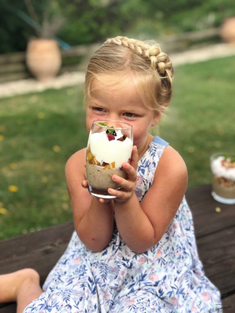 Bild: Gesundes Birchermüesli - süsses Mädchen hält ein Glas mit vollwertigen Birchermüesli