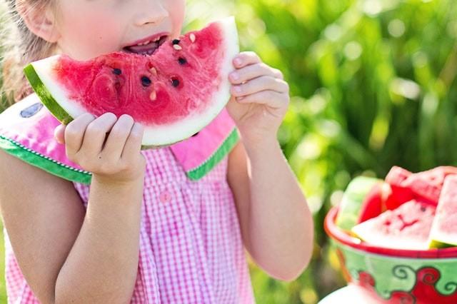 Bild: Kind isst süsse Früchte
