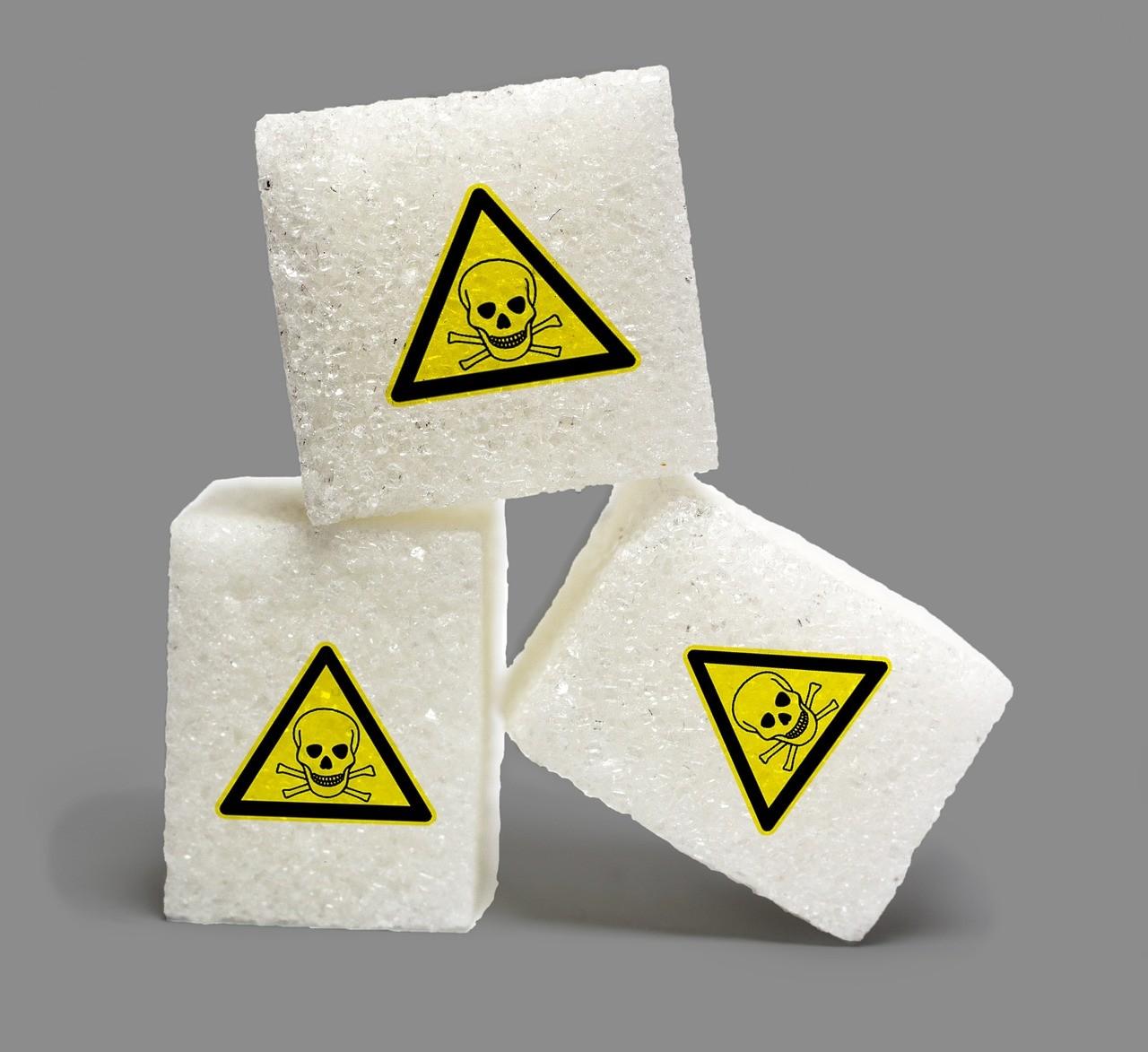 """Bild: 3 Industriezuckerwürfel mit Warnzeichen """"Giftig"""""""