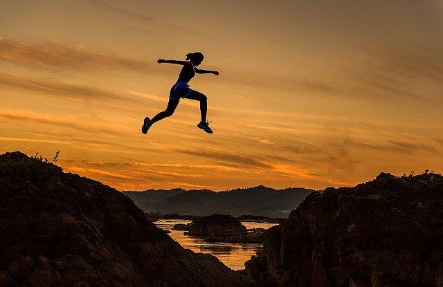 Bild: Fitte Läuferin im Sprung