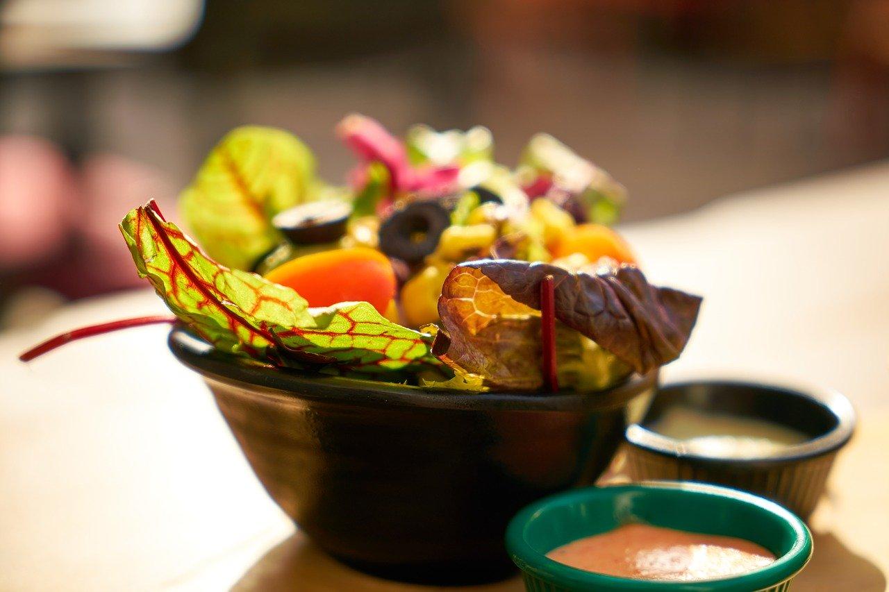 Bild: Natives Eiweiss - frischer, gemischter Salat