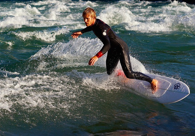 Bild: Aktiver Muskelaufbau - Surfer auf Welle