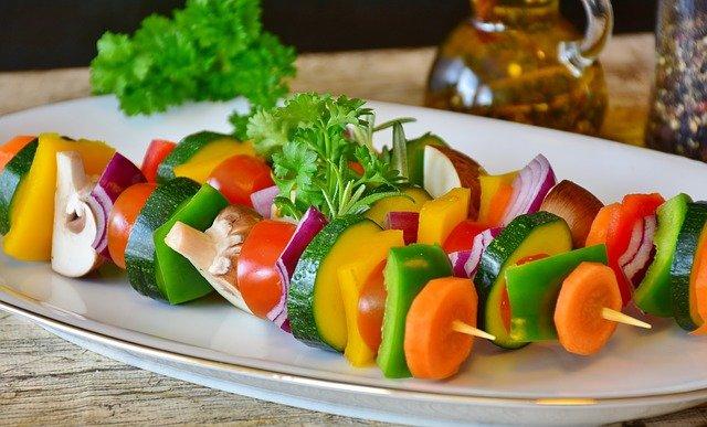 Bild: Natürliche Kinderernährung - Gemüse auf Spiessen