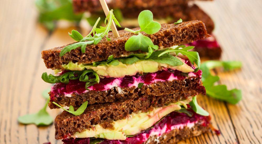 Bild: Brotbackkurs - Dunkles Vollkornsandwich mit Avokado-Randen Aufstrich und Rucolablättern