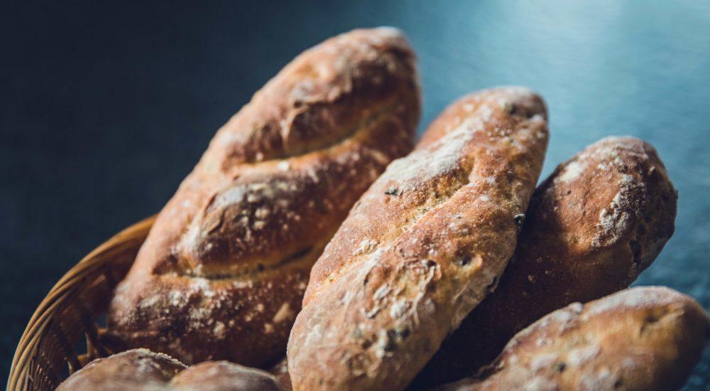 Bild: Brotbackkurs - Kleine, dunkle Baguettes im Korb