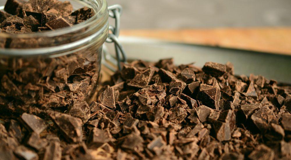 Bild: rohe Schokoladensplitter im Glas