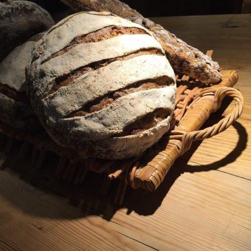 Bild: Blog - Knusprige vollwertige Brote werden zum kaufen angeboten.